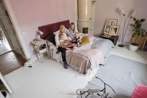 Stylisten Emma Sundh med familj: pappa John och barnen Majken, 2,5 år, och Bodil, 1 år. Föräldrarnas säng fungerar även som soffa.