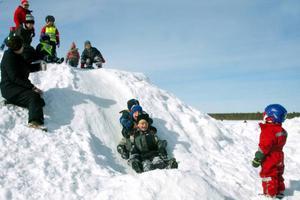 Förskolebarnen hade bra fart utför snökullen. Foto: Håkan Persson