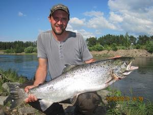 TROGEN A-FISKARE. Dan Danielsson, Uppsala brukar ofta vara med i toppstriden i Arbetarbladets sportfisketävling A-Fisket, vann bland annat 2003 med en fångst på 21,3 kilo. Än så länge är den här biten på 13,2 kilo hans största i år. Det behövs ytterligare några kilo för att komma på pallen. Fångstdatum 30 juni