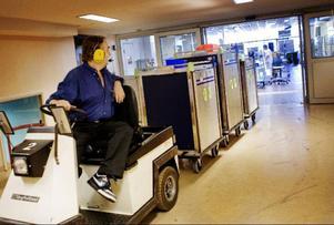 När maten är lagad ska den köras till de olika avdelningarna på sjukhuset. Lasse Herdell rattar trucken som kör ut de första vagnarna för dagen.