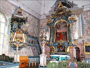 Hackås kyrka. Väggmålningarna är medeltida men predikstolen och altaruppsättningen är Anders Berglins verk.   Foto: Ur boken