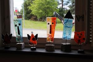 Glas konstverk står i fönstret och hälsar alla välkommna.