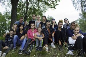 Här är hela gänget tillsammans med några ungdomar och barn i Gaujiena.