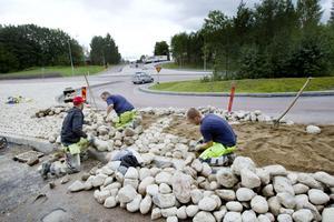 Niclas Almgren, Roger Nilsson och Marcus Ahlström lägger rätt sten på rätt plats. Släta och fina ska de vara, annars gallras de ut av kullerstensspecialisterna.