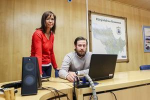 Helena Lindell och Max Östlund ingår i den projektgrupp som jobbar med de nya digitala trygghetslarmen. Där ingår också Micke Södergren och Staffan Eriksson.
