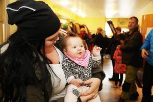 Ida Färnlund, tre månader gammal, fick hänga med moster Linnéa Lunnehed från Hede på loppis.