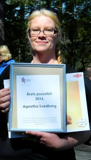 Agneta Svedberg prisas av Autism & Aspergerföreningen i Härnösand