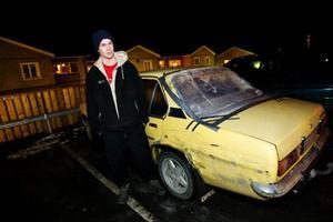 Simon Byström hade precis kört in till kanten på E 45 ungefär där man svänger av mot Lit eftersom kylaren kokade. Då blev han påkörd av en bil som snabbt smet. Bakrutan krossades av smällen och bilen skrapades en lång sträcka. Simon ringde snabbt polisen – och fick beskedet att den som har hand om sådant hade gått för dagen och han kunde återkomma nästa dag.
