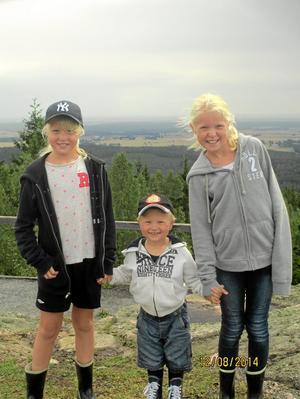 Födelsedagstrio. Ella, Albin och Ida Sundqvist är örebrosyskonen som delar på samma födelsedag.  Här fångade av kameran unde rett sommarbesök vid Rusakula i Kilsbergen. Foto: Privat