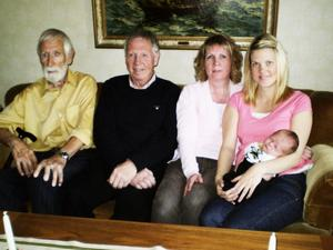 fem generationer.  I soffan sitter gammelfarfar Nore Forsgren, Rolf Forsgren, Helen Hedin och mamma Sandra Hedin med sonen Melvin Lindgren.