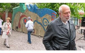 Så var då gnällplanket officiellt invigt i Liljeqvistska parken. Lämpliga tal av Ola Brossberg, S, Bosse Ågren, M, och Jordi Arkö, grafiker och konstkonsult, innan huvudpersonen själv, Roland Backlund, släpptes fram till mikrofonen med kommunens blomsterk
