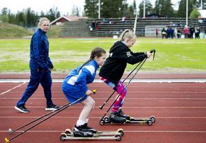Elsa Vähäsalo från och Sofie Lundgren provar på att åka rullskidor under handledning av gamla landslagsskidåkaren Anna Olsson.
