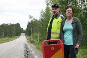 """Dålig väg. """"Vägen är bedrövlig och bilen går sönder när man kör här"""" konstaterade Kristin Nilsen och Lars-Erik Eriksson i somras när Arbetarbladet träffade dem."""