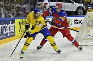 Linus Omark i kamp med Rysslands Andrei Mironov under fredagens VM-premiär.