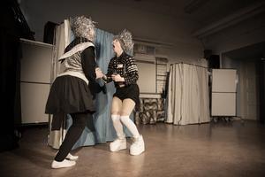 Malin Byman och Anna Granquist som Kompis och Bästis.