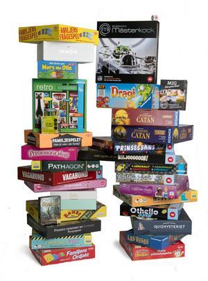Till familjen. Spel finns det en uppsjö av, anpassat till olika åldrar och intressen. En bra julklapp som dessutom får familjen att spendera mer tid tillsammans.