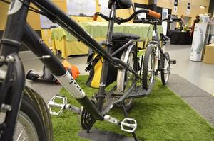 Den här lastcykeln rymmer två barnsadlar eller ännu fler matkassar på pakethållaren. Den kan frakta både långa och tunga saker. Pakethållaren sägs hålla för 100 kilo, och tack vare de nedre lasthållarna kan cyklisten också dra två barncyklar på släp. Cykeln väger 22 kilo och har 21 växlar.
