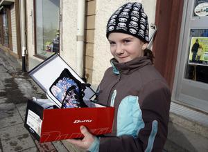 11:45 Hästtjejen Emma Persson, 10 år från Delsbo, hade tagit en vila från ridhuset och gjorde ett besök i Ljusdal tillsammans med sin mormor. Hon köpte nya skor och besökte flera affärer, bland annat bokhandeln.
