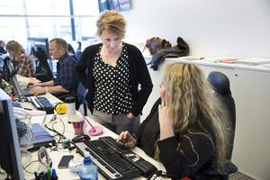 Nyhetsblick. Nyhetschef Alisa Bosnic resonerar med kriminal- och webbreportern Ann-Sofie Sannemalm. I bakgrunden Mats Wikman, som utvecklar tidningsgruppens digitala kanaler. Foto: Kenneth Hudd