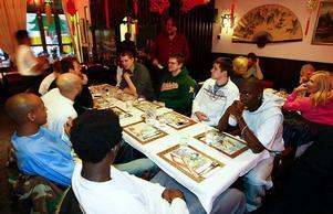 På bortre sidan bordet syns Björn Larsson-Hillgren, Henrik Johansson, Luka Marolt och Samuel Mukooza. Närmast är Anton Säwström, Tommy Johnson, Egal Saleman och Francis Odada. Foto: Olof Sjödin