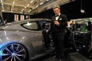 Lokas Kooz med sin Bond-bil som han lagt 620 timmars arbete på.