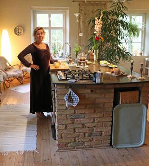 I det ljusa och luftiga köket finns en stor arbetsbänk i gjutjärn som vilar på en stabil grund av tegelsten. Där låg tidigare det första klassrummet.