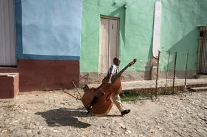 En av Lars Dahlströms många vackra och finstämda fotografier: En man med en bas fotad i Trinidad.