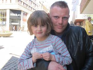 Rickard Lundblad, 34, yrkeschaufför, Järna, med guddottern Freya Ekman, 5 på torsdag:– Det blev nästan i dag. Jag har kontanter, men det fanns en automat när vi skulle åka tåg så jag använde den. Tar de ens kontanter?