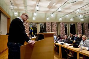 Tony Andersson, oppositionsråd (M), är konfunderad över sättet att flytta pengar från skolan.