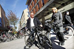 Rådsmedlemmarna Per-Owe Setterlind och Gunilla Edlund på Drottninggatan, en flaskhals för cyklisterna där de gärna skulle se att cykelbanan breddades. Annars är de överlag nöjda med förhållandena för  Gävles cyklister.