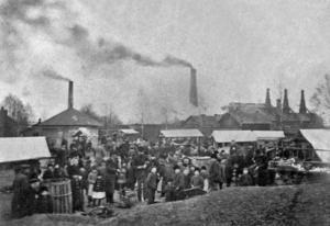 """TORGET. Det gamla torget i Sandviken låg vid Storgatans södra ände omedelbart norr om dåvarande järnvägsövergång och var 1870–1880 samhällets medelpunkt. Det var torghandel den sista fredagen och lördagen i varje månad. Avlöningarna utbetalades sista fredagen i varje månad, och det visste alla handlare. Till Sandviken skulle man med sina varor och """"torget"""" var fritt för alla.Foto: Sandvikens kommunarkiv och Sandviks historiska arkiv"""