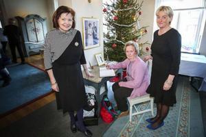 Ulla Hansson och Britt-Louise Fastesson, från Frösön passade på att skriva in sig i gästboken hos Britt Bohlin på residenset.