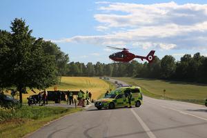 En ambulanshelikopter förde den skadade till sjukhus efter olyckan nära Tullgarns slott.