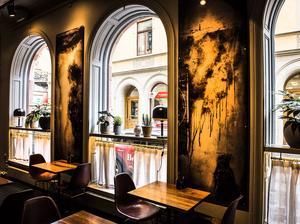 Färgstänket i Bengt Lindströms ateljé fotades av Kristofer Lönnå och pryder nu Invitos väggar.