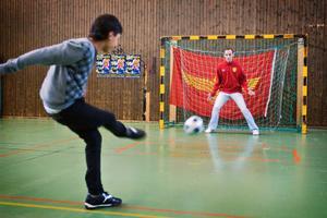 Syrianska-spelarna gästade Hovsjöskolan. Tony Ghareeb testade Dinko Felic i målet.