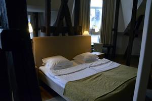 Tornsviten på Elite Hotel Knaust. Träbalkar ger sviten dess karaktäristiska inramning. Sängen är placerad mitt i sviten.