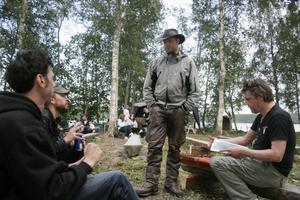 Johan Henriksson har arrenderat ön och pratar med musikerna Jens Nylander, Leif Sundin och Anders Lago.