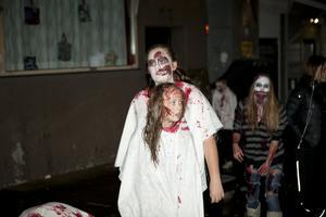 Färdigsminkade och med vita blodstänkta kläder på kroppen är Thea Jegreus och de andra ungdomarna på Brännäsgården redo att ge sig ut i kvällsmörkret.