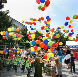 Lyckan var stor när de unga invigarna fick släppa i väg sina ballonger.