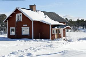 Fjällgården i vinterskrud.