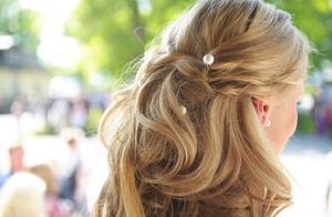 Uppsatt hår.