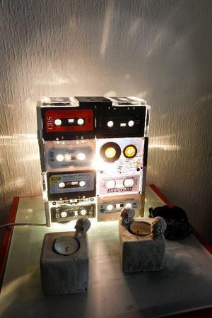 I lampans konstruktion trängs så väl Deep Purple som 220 volt Eye to Eye. De riktiga favoritbanden har dock inte offrats för konsten.