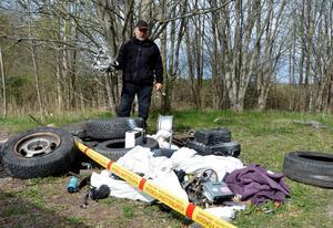 Peder Witt, som arbetar på Kumla kommuns park- och skogsavdelning, är både ledsen och upprörd över tilltaget.Foto: Samuel Borg