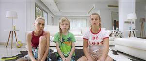 I en av filmens nyckelscener tittar Sascha (Victoria Carmen Sonne,till vänster) på tecknad film på tv medan en misshandel pågår i rummet intill.
