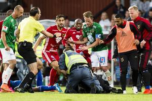 Fouad Bachirou anmäls för en spark mot den 17-årige planstormaren i matchen mellan Jönköping Södra och ÖFK på måndagen.
