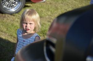 Agnes Nygren, en av kvällens yngre besökare bland bilarna.