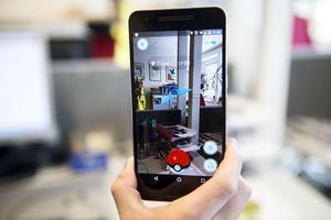 Carl Ahlström från Allehanda.se provar på mobilspelet Pokémon Go. Det första djuret fångas på redaktionen.