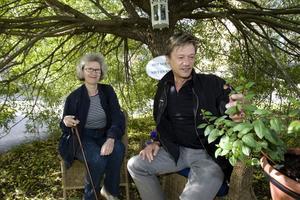 Christer Fällman med väninnan Ann-Christine Jernberg besöker Rönnens hälsoträdgård.