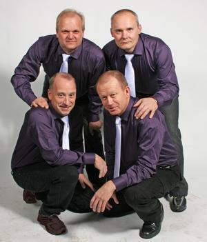 Nybildade dansbandet Hudiks. Stående från vänster Göran Dahlén och Thomas Holm. Knästående från vänster Bengan Hägglund och Roland Dahlin.
