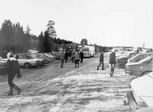 Bosvedjan 1980. Bosvedjan ligger strax norr om Sundsvall, nära sjukhuset. Där finns både villor och flerfamiljshus och på 1980-talet fanns ett litet centrum med en livsmedelsbutik, post och frisör. Många barn i högstadieåldern åker buss till närliggande Hagaskolan medan de yngre barnen som bor i området går på Bosvedjeskolan.